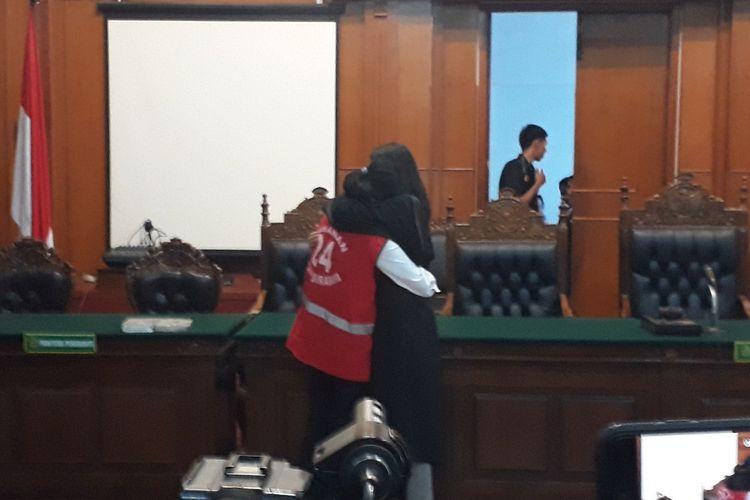 Artis VA peluk erat kuasa hukumnya usai sidang vonis di PN Surabaya, Rabu (26/6/2019).