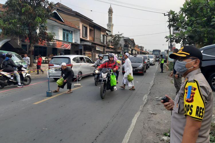 Arus lalu lintas di jalur tengah, Sumedang, Jawa Barat padat, Kamis (6/6/2019). Dengan adanya pengalihan arus menuju jalur Wado, Sumedang, akibat one way di jalur Malangbong-Nagreg, Jumat (7/6/2019) hari ini, arus lalu lintas dimungkinkan kembali padat. AAM AMINULLAH/KOMPAS.com