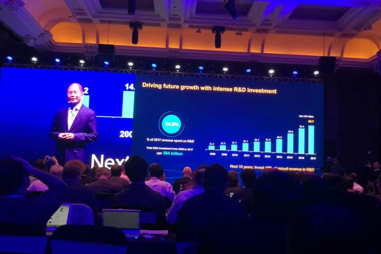 Eric Xu, Rotating Chairman Huawei, pada pidato pembukaan Global Analyst Summit 2018 (HAS) dengan tajuk Envision a Fully Connected, Intelligent World pada Selasa (17/4/2018)