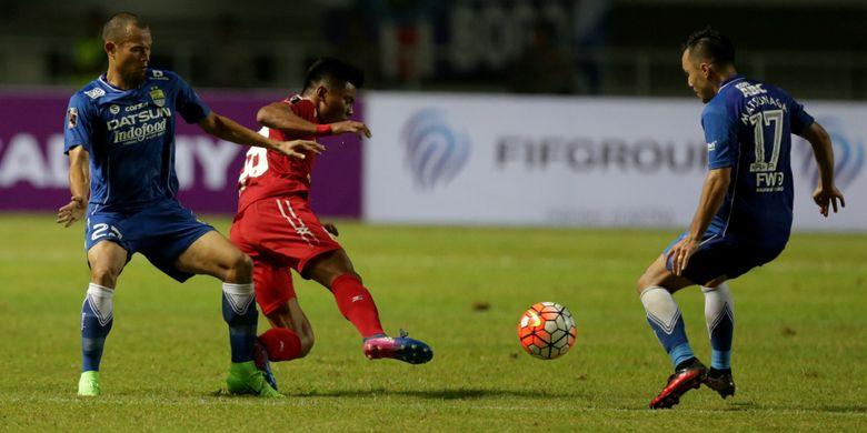 Pemain Persib Bandung Supardi (kiri) berebut bola dengan pemain PS Semen Padang Irsyad Maulana (tengah) pada pertandingan perebutan tempat ketiga Piala Presiden 2017 di Stadion Pakansari, Sabtu (11/3/2017). Persib keluar sebagai juara ketiga setelah menang dengan skor 1-0. KOMPAS IMAGES/KRISTIANTO PURNOMO
