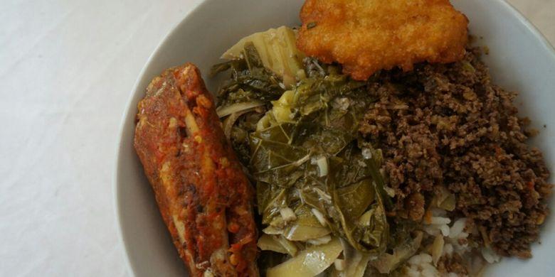 Jangan leroban dinikmati dengan nasi, sambal blotong, pepes ikan laut dan gimbal jagung