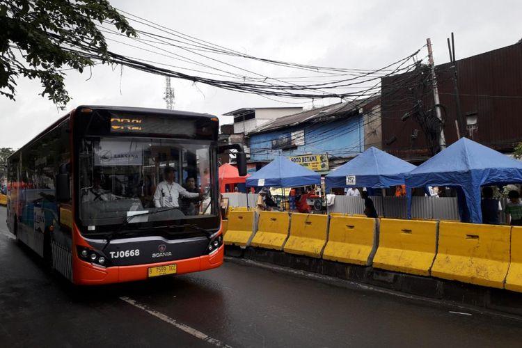 Transjakarta Tanah Abang Explorer melintasi jalan Jatibaru Raya, Jakarta Pusat setelah pergantian jam dengan angkot pukul 08.00 WIB pada Senin (5/2/2018).
