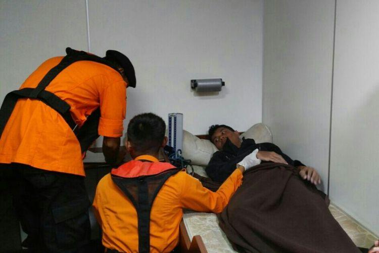 Petugas Basarnas tengah memeriksa kesehatan seorang ABK KM SBT yang tenggalam di Perairan Morowali.