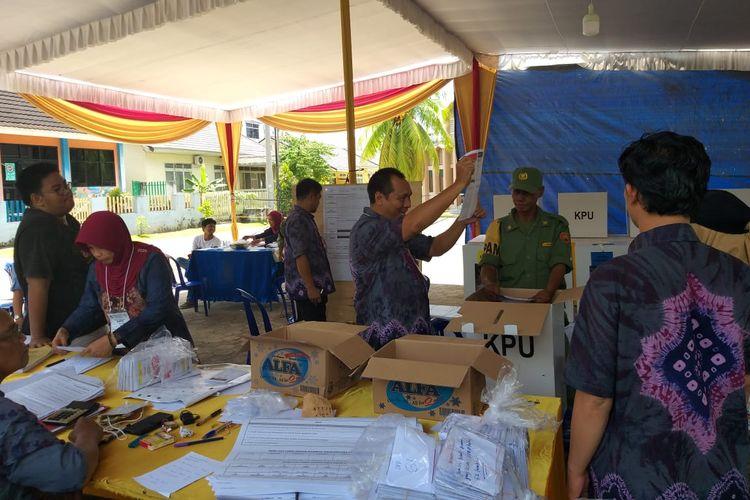 Suasana penghitungan suara Presiden dan calon wakil Presiden di TPS 058 RT 045 RW 010 Kelurahan 8 Ilir, Kecamatan Ilir Timur II Palembang, Rabu (17/4/2019).