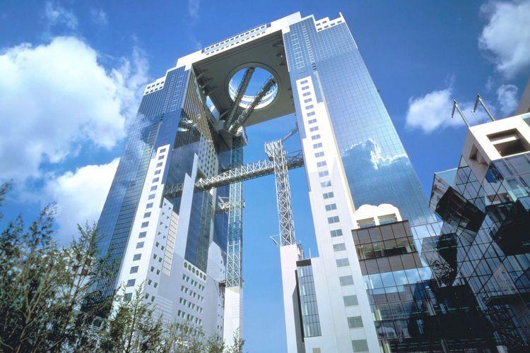 Umeda Sky Building merupakan gedung perkantoran dengan beberapa objek wisata unik yang dapat menarik minat wisatawan.