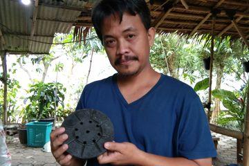 Hendro Wibowo memegang paving blok berbahan baku sampah plastik non ekonomis, Minggu (31/3/209).