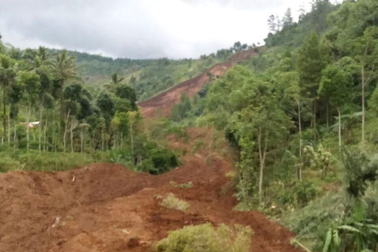 TANAH LONGSOR -Inilah kondisi bencana tanah longsor yang mengubur puluhan rumah warga Dukuh Tingkil, Desa Banaran, Kecamatan Pulung, Kabupaten Ponorogo, Jawa Timur, Sabtu ( 1/4/2017).