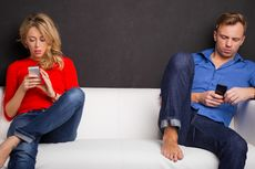 Kecanduan Gawai Jadi Penyebab Pernikahan Tak Harmonis