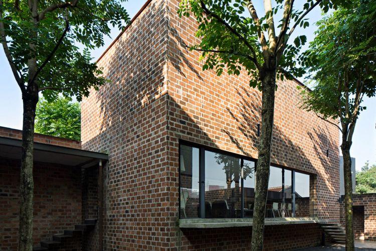Keren Banget, Studio Air Putih Manfaatkan Cahaya Alami dan Ruang Terbuka di Tengah Bangunan