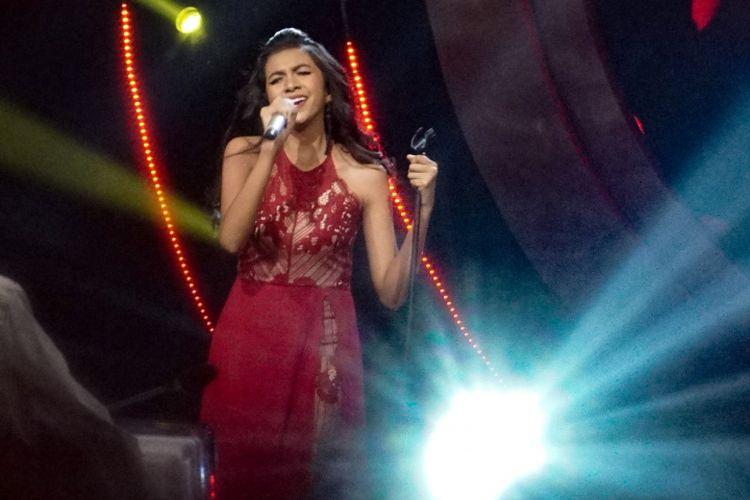 Kontestan Whitney Julinetha tampil dalam babak top 15 Indonesian Idol 2018 atau Season 9 di Studio 11 MNC Studios, Kebon Jeruk, Jakarta Barat, Senin (22/1/2018).