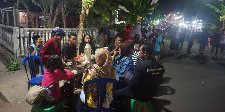 Sepanjang jalan di Desa Kemiren, Banyuwangi, Jatim, Sabtu (21/10/2017) malam, menyediakan kopi secara gratis untuk pengunjung