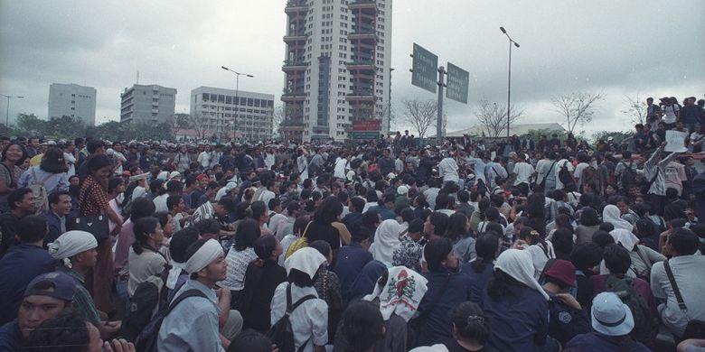 Mahasiswa Universitas Trisakti menuntut reformasi pada 12 Mei 1998. Aksi demonstrasi ini kemudian berujung tragedi.