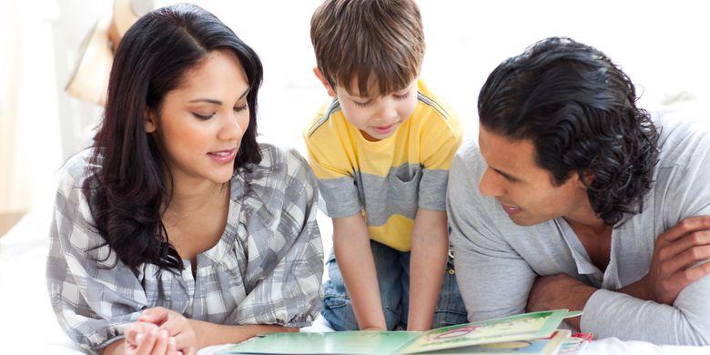 Ilustrasi orang tua membantu anak membaca