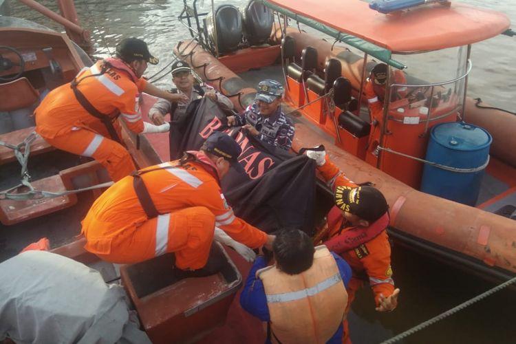 Tim basarnas, TNI AL dan Polairud Polres Dumai saat mengevakuasi mayat yang ditemukan di perairan perbatasan Selat Malaka dengan Indonesia