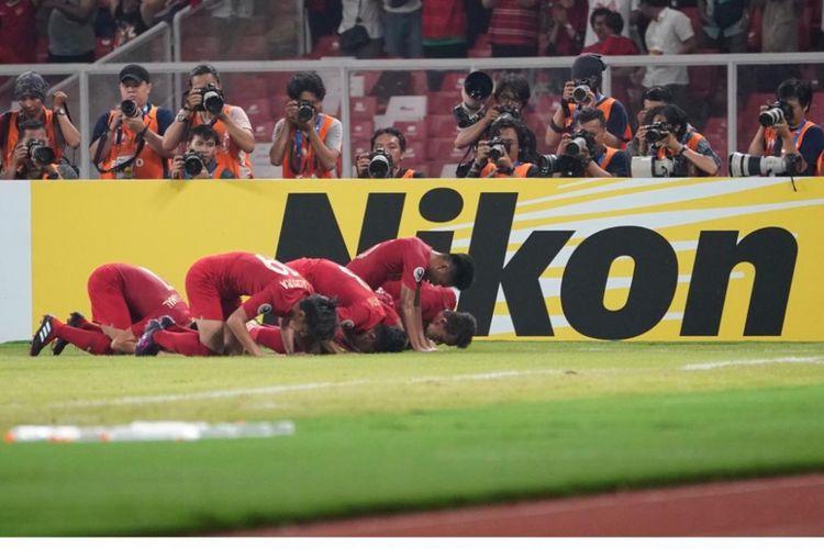 Para pemain timnas U-19 Indonesia sujud syukur saat merayakan gol yang dicetak Witan Sulaiman ke gawang UEA dalam laga lanjutan Grup A Piala Asia U-19 di Stadion Utama Gelora Bung Karno, Jakarta, Rabu (24/10/2018).