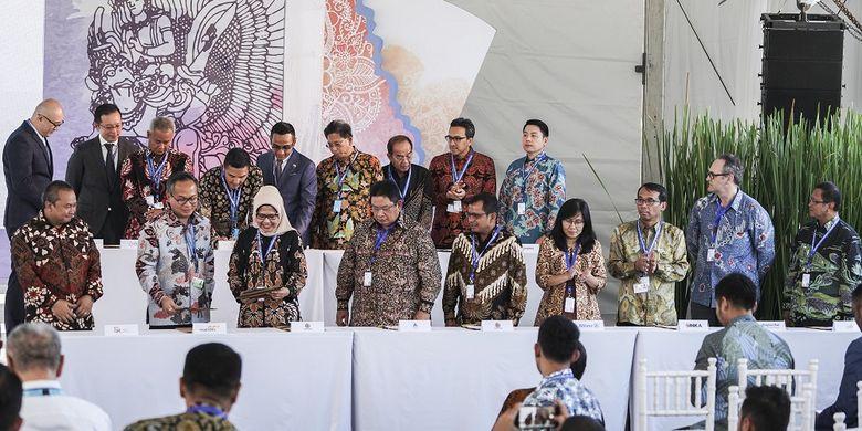 Sejumlah direksi dari perusahaan BUMN, swasta nasional dan asing melakukan penandatanganan Kerjasama Kesepakatan Investasi untuk Pembiayaan Infrastruktur di sela rangkaian Pertemuan Tahunan IMF -  World Bank Group 2018 di Hotel Inaya, Nusa Dua, Bali, Kamis (11/10). Pada kegiatan ini terdapat kesepakatan investasi senilai USD13.5 miliar dari 19 proyek pembangunan infrastruktur di Indonesia.