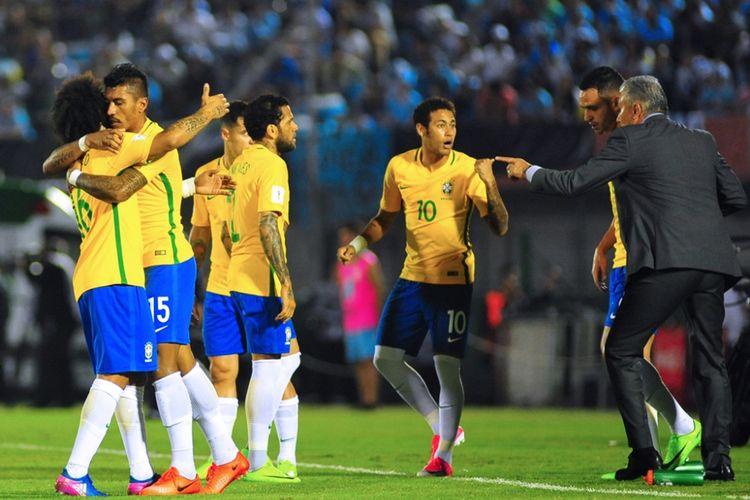 Para pemain Brasil merayakan gol Paulinho ke gawang Uruguay pada partai Kualifikasi Piala Dunia zona Amerika Selatan di Stadion Centenario, Kamis (23/3/2017) waktu setempat.