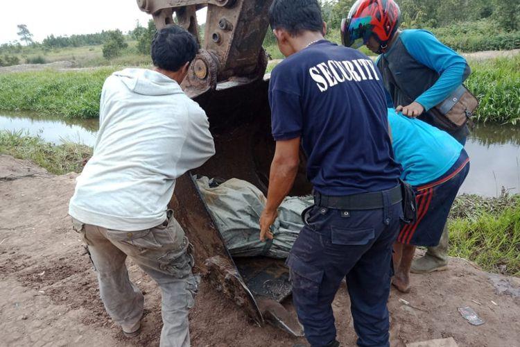 Evakuasi jenazah Alif, pemancing yang tewas dimakan buaya di kabupaten Banyuasin, Sumatera Selatan.