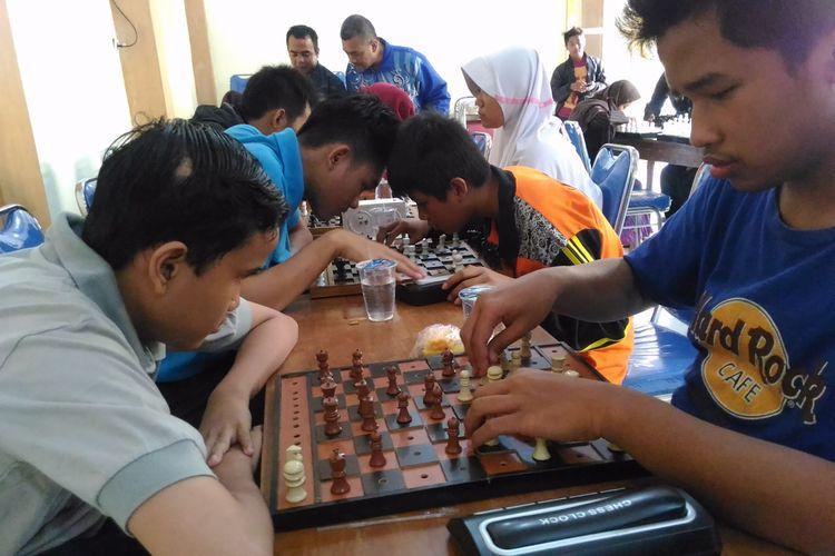 Siswa tunanetra bermain catur tunanetra dengan standar sistem dan papan catur internasional di aula Sekolah Luar Biasa (SLB) Yayasan Kesejahteraan Tunanetra Islam (Yaketunis),  Jalan Parangtritis, Kelurahan Mantrijeron, Kota Yogyakarta, Minggu (13/8/2017).