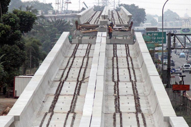 Suasana pembangunan proyek transportasi masal Light Rail Transit (LRT) di sepanjang Tol Jagorawi, Kampung Makasar, Jakarta Timur, Minggu (23/7/2017). Direktur Utama PT Adhi Karya Tbk, Budhi Harto mengungkapkan, nilai pembangunan prasarana LRT Jabodebek di kontrak awal sebesar Rp23,39 triliun sudah termasuk PPN 10 persen. Namun, setelah dihitung lagi, ongkos konstruksi LRT dapat ditekan lebih murah menjadi Rp 19,7 triliun dan belum termasuk PPN 10 persen dan sesuai arahan Presiden Jokowi, pemerintah akan tetap mengejar target penyelesaian proyek LRT Jabodebek pada awal 2019. ANTARAFOTO/Yulius Satria Wijaya/foc/17.