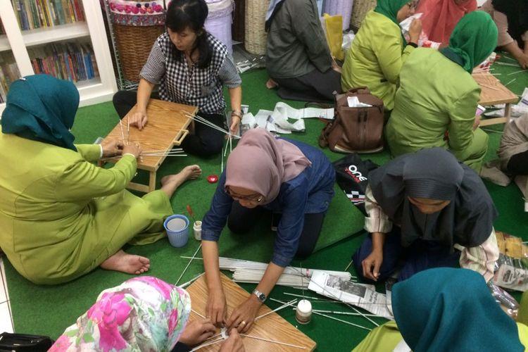 Anggota Gabungan Organisasi Wanita (GOW) Kabupaten Balangan, Kalimantan Selatan, belajar membuat aneka kerajinan dari kertas koran saat berkunjung di Kampung Koran, Kelurahan Gelora, Kecamatan Tanah Abang, Jakarta Pusat, Kamis (2/11/2017).