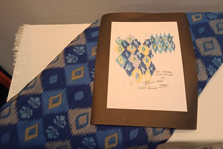 Kain tenun yang digunakan oleh Desainer Didiet Maulana menjadi bahan dasar pembuatan seragam korporasi BCA.
