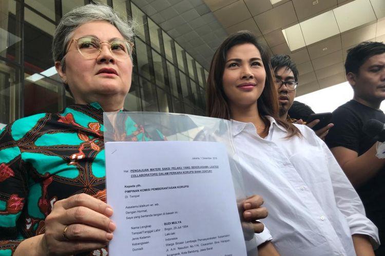 Artis Nadia Mulya dan ibunya, Anne Mulya, telihat menyambangi Gedung Merah Putih Komisi Pemberantasan Korupsi (KPK), Jakarta Selatan, Rabu (5/12/2018).