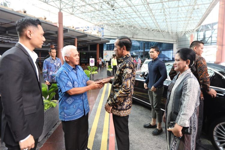 Presiden Joko Widodo menjenguk istri Presiden keenam Susilo Bambang Yudhoyono, Ani Yudhoyono, di National University Hospital, Singapura, Kamis (21/2/2019). Jokowi tiba sekitar pukul 16.45 WIB didampingi Ibu Negara Iriana. Ikut juga putra bungsu Jokowi yang sedang kuliah di Singapura, Kaesang Pangarep.   Selain itu, ada juga Kepala Staf Kepresidenan Moeldoko.  Kehadiran Jokowi disambut oleh putra sulung SBY, Agus Harimurti Yudhoyono, dan besan SBY Hatta Rajasa di lobi Rumah Sakit.