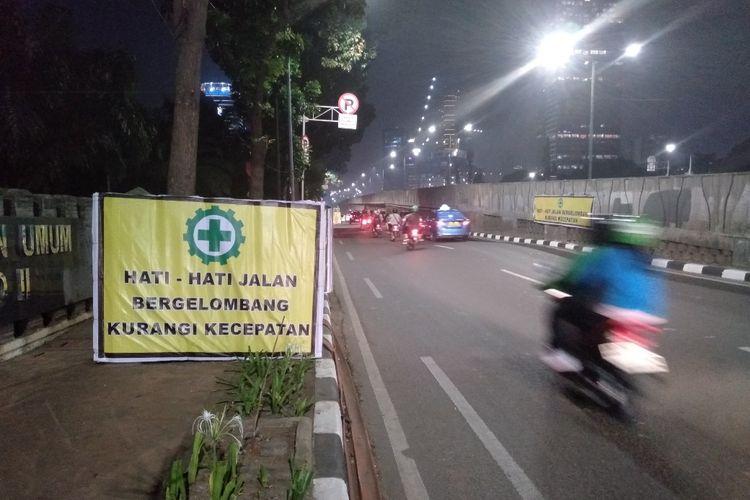 Jalan bergelombang di depan Puri Casablanca, Jakarta Selatan, Rabu (19/8/2019)