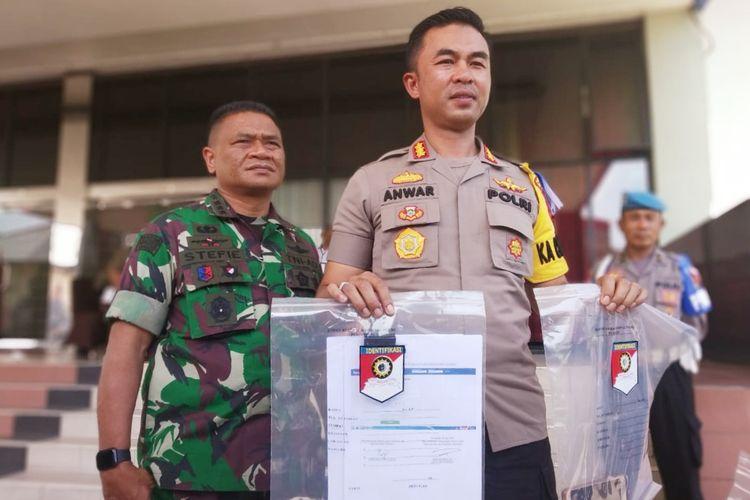 Kapolres Pontianak Kombes Pol Anwar Nasir menunjukkan barang bukti perkara ujaran kebencian terhadap Habib Rizieq dan Ijtima Ulama III di Hotel Kapuas Palace Pontianak, Kalimantan Barat, Minggu (5/5/2019)