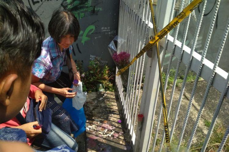 Sejumlah masyarakat menggelar doa bersama dan tabur bunga di lokasi penusukan Andriana Yubelia Noven Cahya (18), di sebuah gang di Jalan Riau, Baranangsiang, Kota Bogor, Senin (15/4/2019).