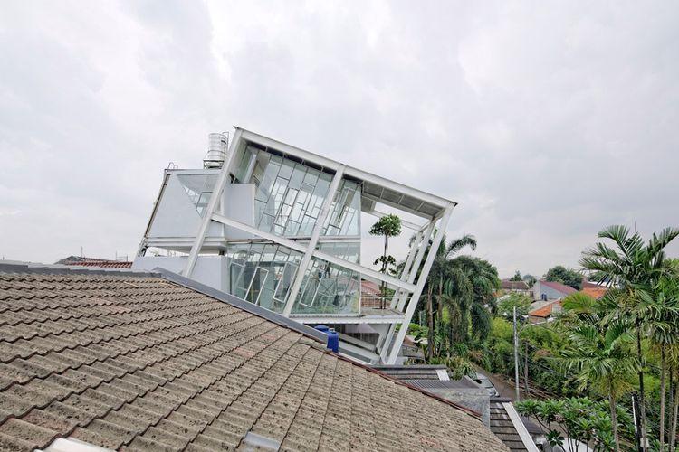 Rumah berukuran 320 meter persegi ini disebut Rumah Miring, atau Slanted House.