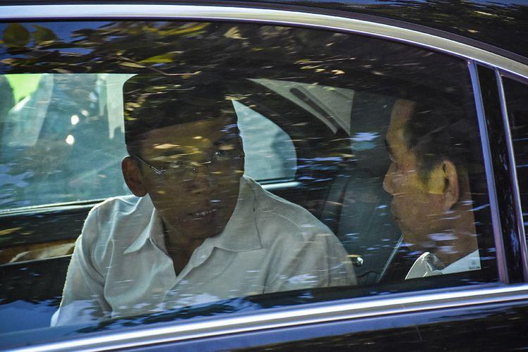 Presiden Joko Widodo (kanan) berbincang dengan Gubernur NTB TGB Zainul Majdi (kiri) saat tiba untuk memberikan bantuan korban gempa secara simbolis di Desa Pemenang Barat, Kecamatan Pemenang, Tanjung, Lombok Utara, NTB, Minggu (2/9/2018). Sebanyak 5.293 korban gempa dari Lombok Utara, Lombok Timur, Lombok Tengah dan Mataram menerima bantuan berupa tabungan sebesar Rp 50 juta untuk perbaikan rumah yang rusak berat dan Rp 25 juta untuk rumah yang rusak ringan.