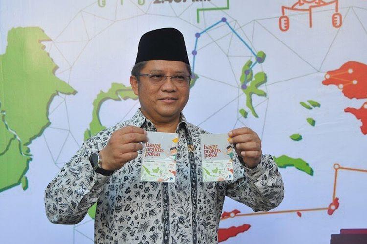 Menkominfo Rudiantara membagikan 500 kartu e-money di kantor Kementerian Komunikasi dan Informatika di Jakarta, Senin (30/11/2017).