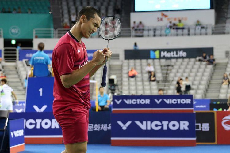 Pebulu tangkis tunggal putra Indonesia, Jonatan Christie, melakukan selebrasi setelah mengalahkan wakil Taiwan, Wang Tzu Wei, dengan skor 21-13, 21-17, di SK Handball Stadium, Seoul, Sabtu (16/9/2017).