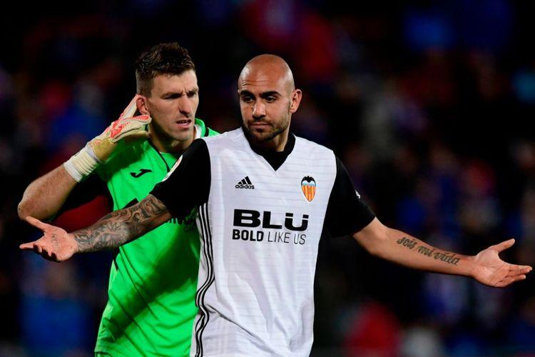 Vicente Guaita dan Simone Zaza terlibat friksi saat Getafe menjamu Valencia pada pertandigan La Liga, Minggu (3/12/2017).