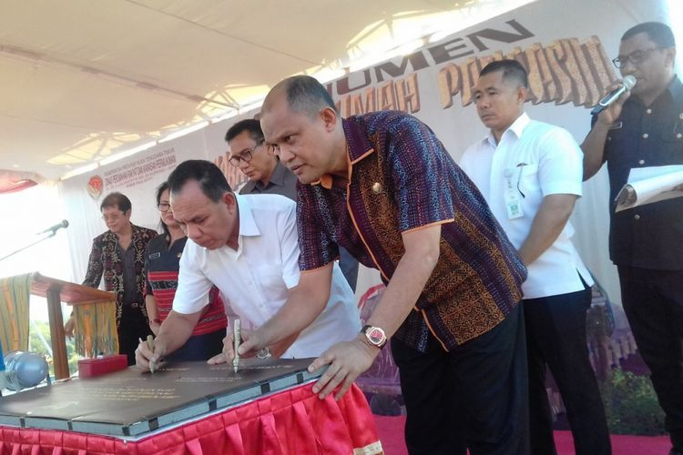 Gubernur NTT Frans Lebu Raya (kiri) dan Ketua DPRD NTT Anwar Pua Geno (kanan) saat kegiatan peletakan batu pertama Monumen Flobamora Rumah Pancasila (FRP) yang berlokasi di Desa Nitneo, Kecamatan Kupang Barat, Kabupaten Kupang, Nusa Tenggara Timur (NTT), Jumat (19/5/2018).