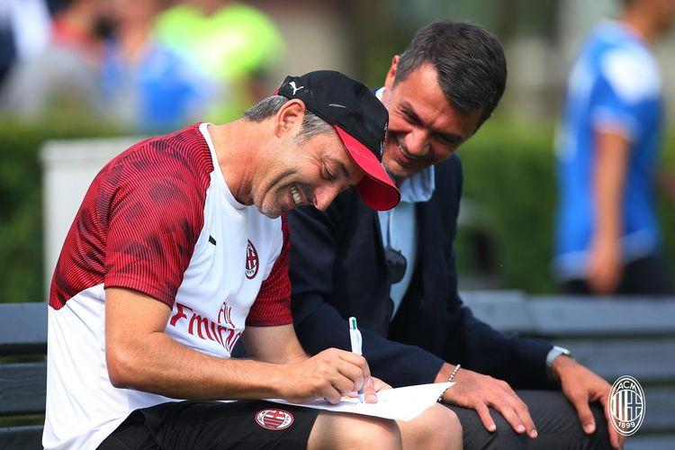 Pelatih AC Milan, Marco Giampaolo (bertopi), tengah menyusun strategi pada laga uji coba melawan Novara, 19 Juli 2019.