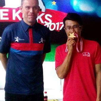 Technical Advisor Asian Soccer Academy (ASA) Foundation Lee Hawkins dan pelatih Soccer Grass Root Academy (SGRA) Cimanggung, Sumedang, Jawa Barat Cecep Setia Mukhlis saat peluncuran Coke Kicks 2017, Kamis (13/4/2017) di Jakarta.