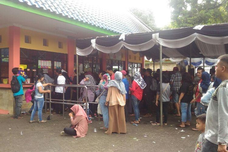 Suasana dan kondisi di area masuk Taman Margasatwa Ragunan, Senin (1/1/2018).