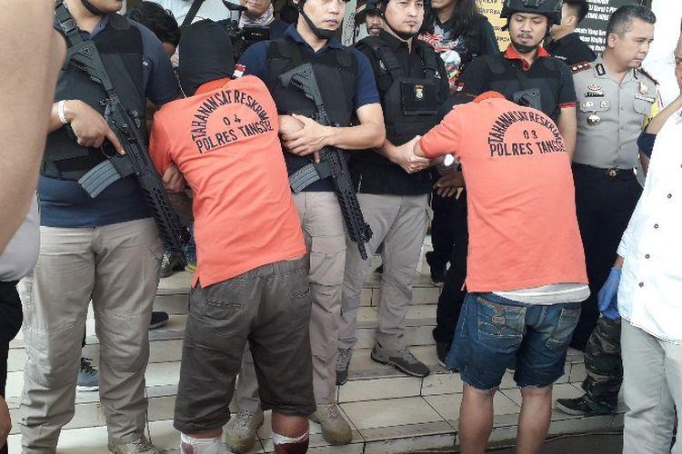 Bule (kiri) dan Bebek (kanan) adalah pelaku penganiaya rekan kerja akibat dendam terkena luka tembak dari polisi saat penangkapan pada Rabu (4/7/2018).