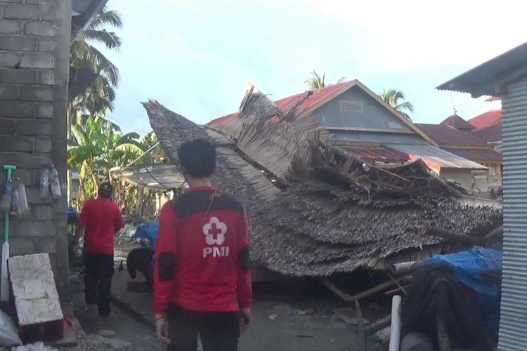 Sebanyak 45 rumah warga di desa Munte, kecamatan Tana Lili, kabupaten Luwu Utara diterjang Puting Beliung, Minggu (03/03/2019)