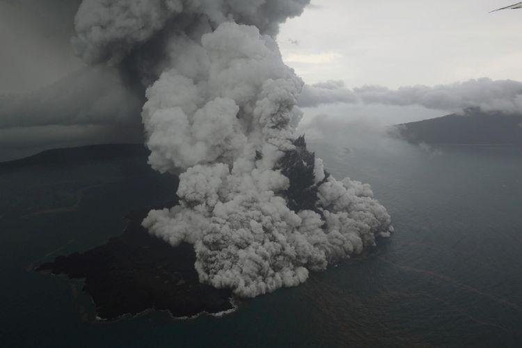 Aktivitas letupan abu vulkanik dari Gunung Anak Krakatau di Selat Sunda terpantau dari udara yang diambil dari pesawat Cessna 208B Grand Caravan milik maskapai Susi Air, Minggu (23/12/2018).
