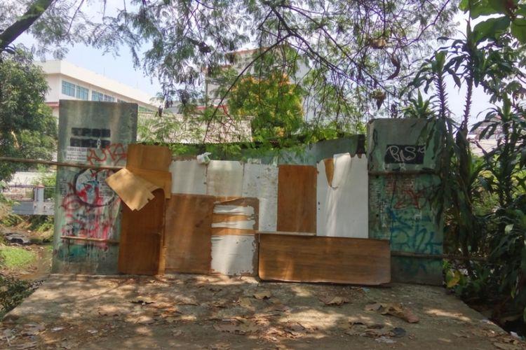 Lahan eks tempat bak sampah di belakang rumah lama milik sastrawan Hamsad Rangkuti yang beralamat di Jalan Bangau VI, Kelurahan Depok Jaya, Pancoran Mas, Depok. Pihak keluarga menilai bak sampah inilah yang membuat Hamsad sakit-sakitan.