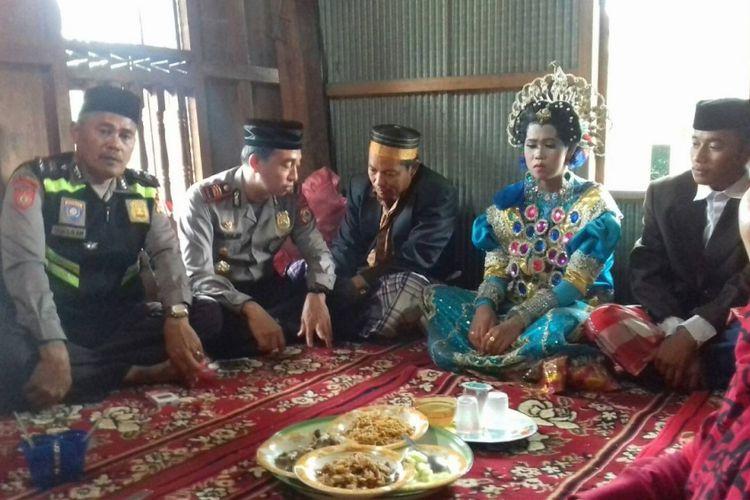 Sepasang kekasih di Kabupaten Gowa, Sulawesi Selatan dinikahkan secara adat di hadapan polisi setelah nyaris menjadi bulan-bulanan warga lantaran kepergok berduaan di kebun rambutan, Senin (15/1/2018).