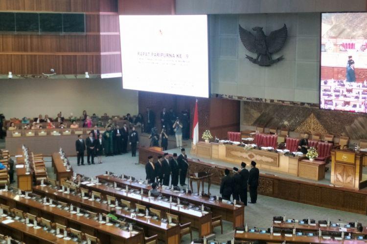 Sebanyak empat anggota Partai Hanura dan satu anggota Partai Persatuan Pembangunan (PPP) dilantik menjadi anggota DPR melalui mekanisme Pergantian Antarwaktu (PAW) pada Rapat Paripurna ke-9 masa persidangan II di Kompleks Parlemen, Senayan, Jakarta, Senin (3/12/2018).
