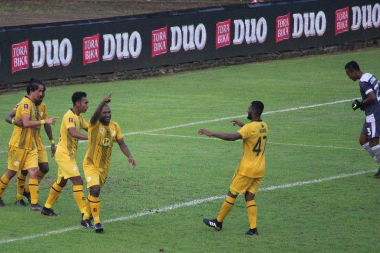 Pemain Barito Putera berselebrasi usai mencetak gol ketiganya ke gawang Persita Tangerang dalam babak penyisihan Grup E Piala Presiden 2019 di Stadion Kanjuruhan, Kabupaten Malang, Sabtu (9/3/2019) Foto: