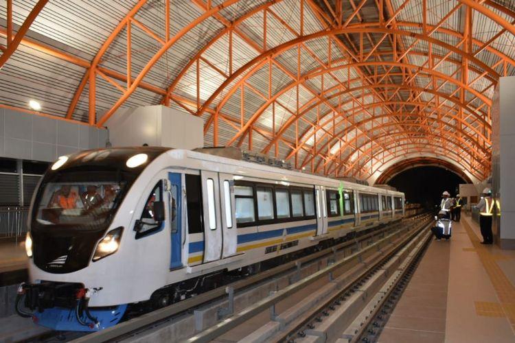 Kereta LRT berada di stasiun OPI Mall Jakabaring Palembang, Sumatera Selatan