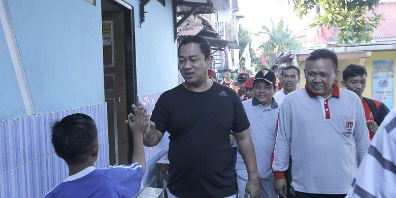Wali Kota Semarang Hendrar Prohadi, saat mengikuti kegiatan jalan sehat bersama warga di Kelurahan Wonodri, Semarang, Selasa (19/02/2019).
