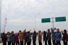 Sebelum Diresmikan, Menteri Rini Jalan Kaki Susuri Tol Bakauheni-Terbanggi Besar